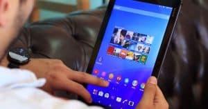 hombre usando un tablet