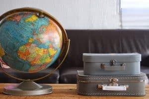 globo terráqueo antiguo en una mesa