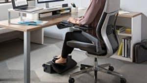 mujer usando un reposapiés de oficina