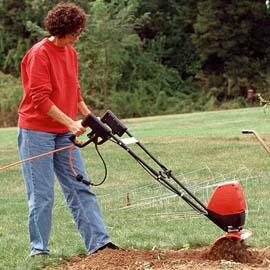mujer usando un cultivador