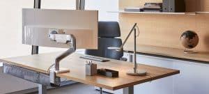 soporte pantalla de ordenador enganchado a una mesa