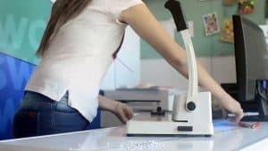 mujer usando una encuadernadora