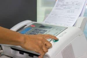 persona enviando un fax