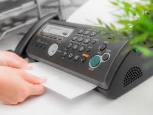 persona usando un fax