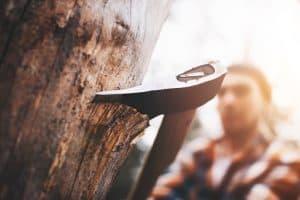 hacha clavada en un árbol