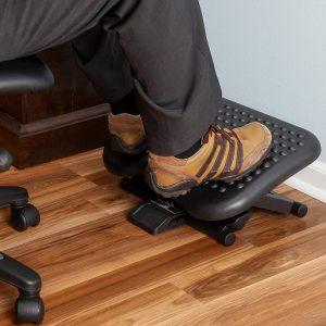 persona apoyando los pies en un reposapiés de oficina