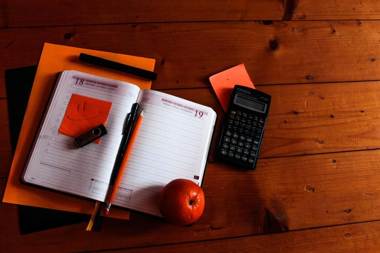 calculadora financiera en una mesa con agenda
