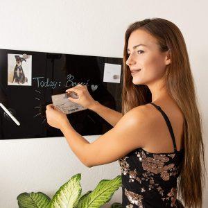 mujer usando una pizarra magnética
