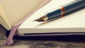 pluma estilográfica en un libro