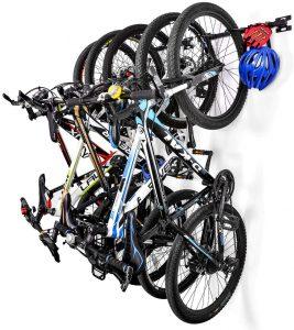 varias bicis en un portabicicletas de pared
