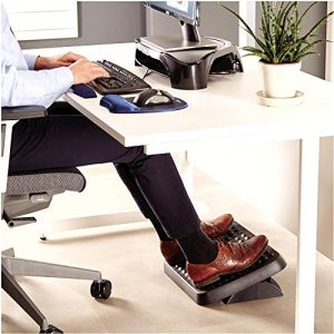 persona usando un reposapiés de oficina
