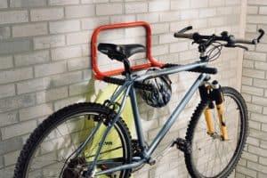 portabicicletas de pared con bicicleta