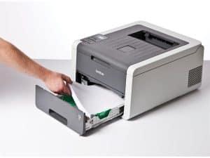 persona poniendo hojas en una impresora láser