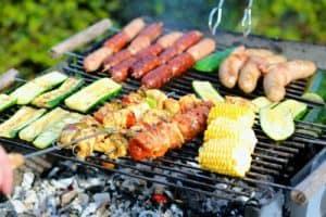 cocinar en una barbacoa de jardín