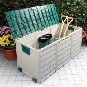 caja de almacenamiento exterior con cosas de jardinería