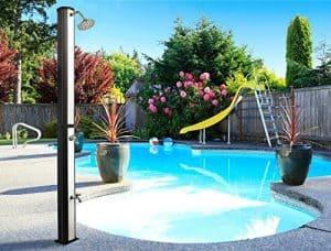 ducha solar en el jardín