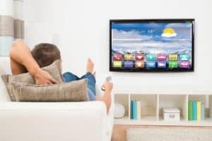 persona viendo la Smart TV