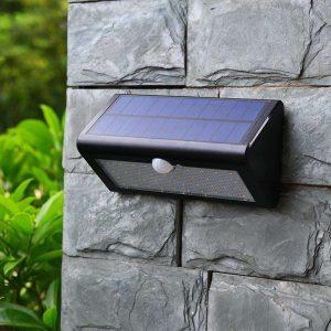 lámpara solar en la pared