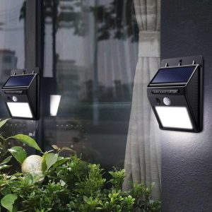 lámparas solares en las paredes