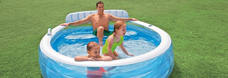 familia en una piscina hinchable