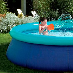 niña en una piscina hinchable