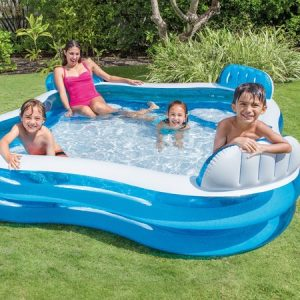 niños en una piscina hinchable