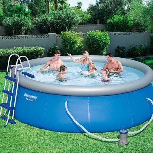 gente en una piscina hinchable con escalera