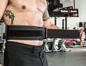 hombre poniéndose un cinturón lumbar
