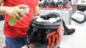 persona limpiando un casco de motocross