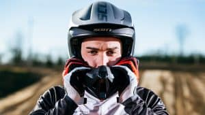 hombre con un casco de motocross puesto