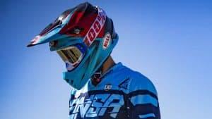 persona con un casco de motocross puesto