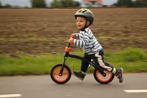 niño corriendo en una bicicleta sin pedales