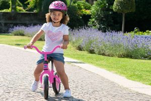 niña en una bicicleta sin pedales