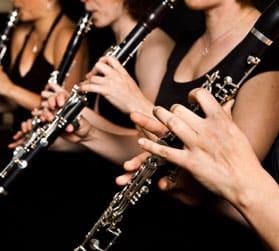 personas tocando el clarinete