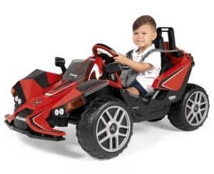 niño en un coche eléctrico para niños todoterreno