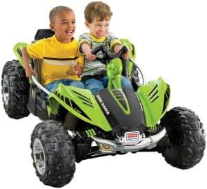 niños en un coche eléctrico para niños