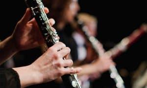 persona tocando un clarinete