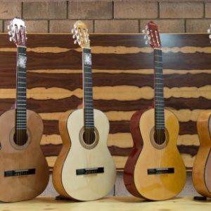 varias guitarras clásicas