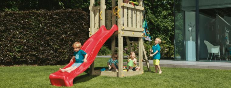 niños en una estructura con tobogán