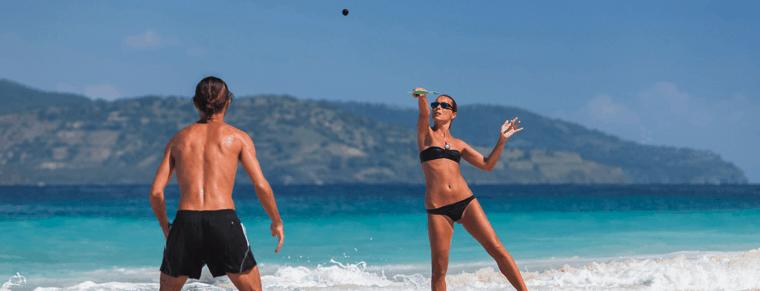 gente jugando con palas de playa
