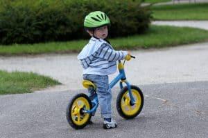 niño en una bicicleta sin pedales