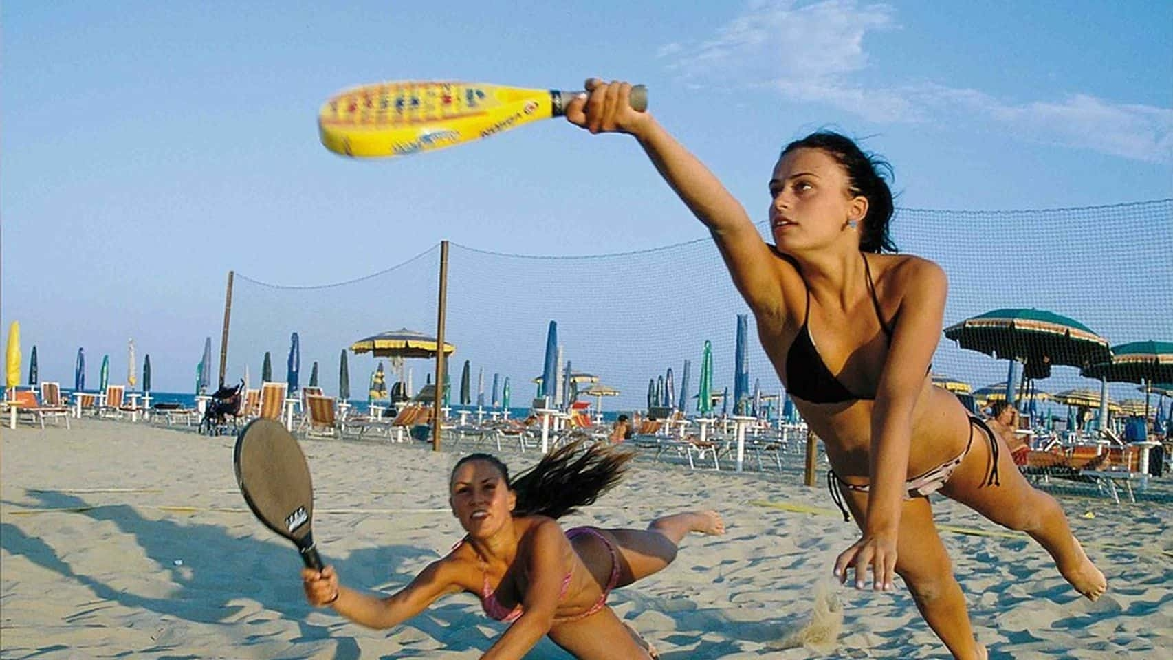 chicas jugando con palas de playa