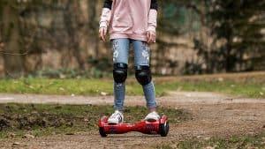 chica en un hoverboard