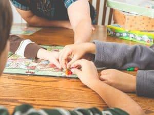 jugar a un juego de mesa para niños