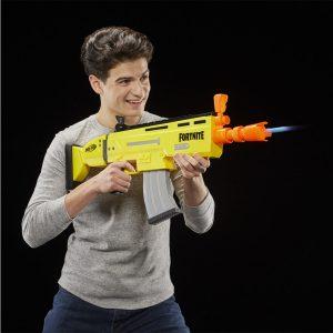 chico con una pistola NERF de fortnite