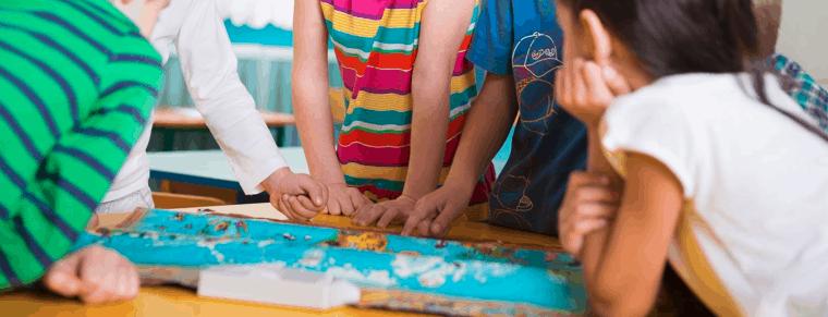 niños con juego de mesa para niños