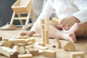 jugar con jueguete de madera
