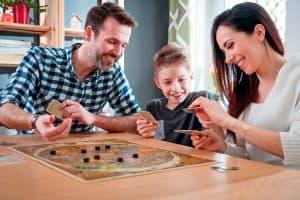 personas jugando a un juego de mesa para niños