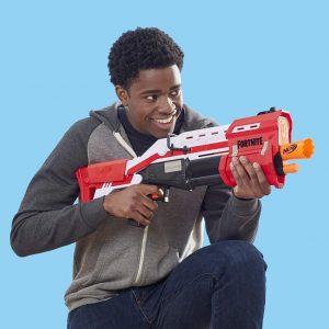joven con una pistola NERF grande