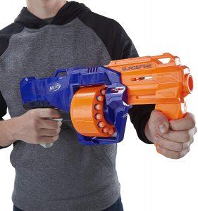 pistola NERF con muchos dardos